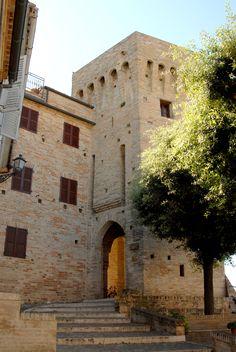 Mura castellane con torrione di avvistamento #marcafermana #maglianoditenna #fermo #marche