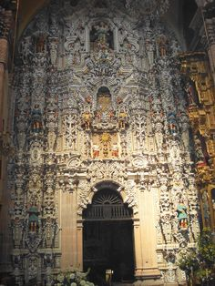 """Templo del Carmen - México Siglo XVIII """"Construida entre 1746 y 1764, esta iglesia es un ejemplo del estilo conocido como el churrigueresco, del barroco tardío. Este estilo se diferencia del barroco más temprano por su énfasis en la decoración, sobre todo la ornamentación excesiva de los retablos."""""""