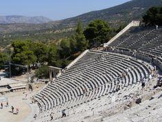 Teatro de Epidauro La acústica del teatro de Epidauro es excepcional, permite a los últimos espectadores de arriba de las gradas oír y distinguir a los actores hablando en voz baja. Actualmente aún tienen lugar representaciones. Se cree que este teatro pudo alcanzar una capacidad límite de más de 14.000 espectadores en total, lo cual lo convierte en uno de los teatros antiguos más grandes y con más capacidad de aforo.