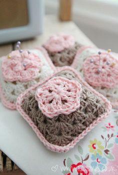 [Free Pattern] Beautiful Crochet Granny Square Pincushion With Flat Flower