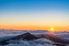 Sunrise above the clouds in Maui [OC][2048x1364]. wallpaper/ background for iPad mini/ air/ 2 / pro/ laptop @dquocbuu