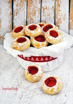 Husarenkrapfen Engelsaugen Rez - By Memo Xmas Cookies, Cake Cookies, Donut Recipes, Cookie Recipes, Yummy Snacks, Yummy Treats, Peach Cheesecake, Granny's Recipe, German Baking