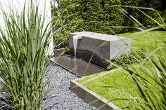 Wasserspiel mit Edelstahlwasserschütte eingearbeitet in Basaltlava Block von Rheingrün Gartengestaltung