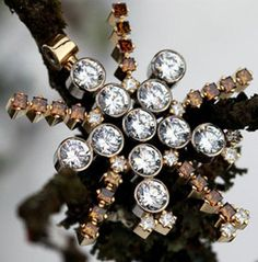 Hängsmycket Tusen och en natt, av KJ Design, ställdes ut på varuhuset Harrod's i London år 2004. Smycket pryds av elva vita briljantslipade diamanter, tjugo konjaksfärgade prinsesslipade diamanter och elva vita prinsesslipade diamanter. Natt, Harrods, Diamond Earrings, Champagne, London, Jewelry, Design, Fashion, Moda