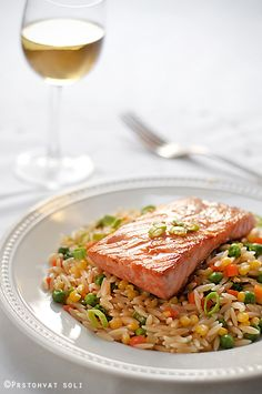 If you're looking for something very healthy, check out this simple recipe with salmon and orzo pasta. Orzo Pasta Recipes, Healthy Pasta Recipes, Healthy Foods To Eat, Healthy Cooking, Seafood Recipes, Healthy Eating, Healthy Sugar, Great Recipes, Favorite Recipes