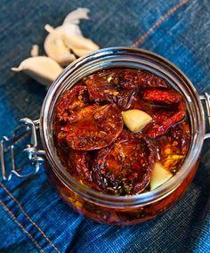 Så lätt är det att göra egna Soltorkade Tomater Healthy Dessert Recipes, Raw Food Recipes, Veggie Recipes, Healthy Snacks, Vegetarian Recipes, Snack Recipes, Healthy Eating, Lchf, Homemade Sweets