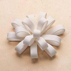How to Make Fondant Bows & LoopsYou can find Fondant bow and more on our website.How to Make Fondant Bows & Loops Cake Decorating Company, Easy Cake Decorating, Cake Decorating Techniques, Decorating Ideas, Fondant Flower Cake, Fondant Bow, Fondant Cakes, Fondant Figures Tutorial, Cake Tutorial