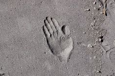 Take a look at this amazing Hand-print In Sand illusion. Browse and enjoy our huge collection of optical illusions and mind-bending images and videos. Cool Optical Illusions, Sand Sculptures, Cool Pictures, Image, Castles, Hands, Art, Art Background, Chateaus