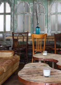 """За ретроатмосферу на втором этаже """"Уголька"""" отвечают мебель и аксессуары, найденные на блошиных рынках Франции – это и столы из французского бистро, и разномастные стулья, и смешные картинки на стенах. В ресторане даже есть коллекция антикварных сифонов 1960-х годов."""