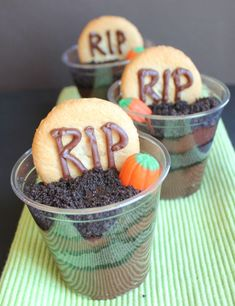 Pudding Cup Graveyard Dessert -- dirt pudding with a Halloween twist! Halloween Food For Party, Halloween Desserts, Halloween Treats, Fall Recipes, Holiday Recipes, Dirt Dessert, Dirt Cake, Holiday Snacks, Food Festival