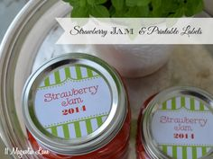 How to make easy (three ingredient!) homemade strawberry jam, with free printable jar labels in green/ red and blue/ red. This delicious and fast recipe is great to do with kids, and strawberries are in season and inexpensive right now! Freezer Jam Recipes, Canning Recipes, Freezer Meals, Jam Jar Labels, Jam Label, Strawberry Freezer Jam, Homemade Strawberry Jam, How To Make Jam, Jelly Jars