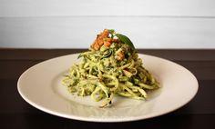 Zucchini and Apple Noodles with avocado and walnuts pesto | Espaguetis de calabacín y manzana con pesto de aguacate y nueces