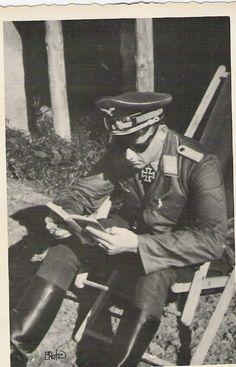 Oberst Hans-Ulrich Rudel (2 Juli 1916 - 18 Desember 1982). Inilah manusia yang dianggap jago semua jago Jerman, manusia paling pemberani y... Luftwaffe, Heroes And Generals, Bad Picture, The Third Reich, World War Ii, Wwii, Pilot, Horror, Germany