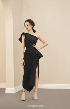 One-shoulder Draped Top – LANE JT For other models, you can visit the category. Simple Dresses, Beautiful Dresses, Skirt Suit Set, Look Fashion, Cheap Fashion, Affordable Fashion, Fashion Details, Fashion Women, Ladies Dress Design