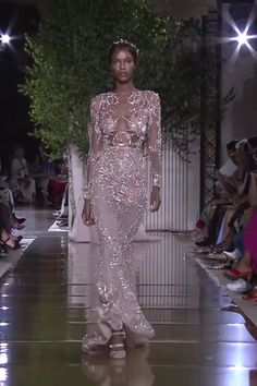 Zuhair Murad Look 37 Stunning Embroidered Lilac Backless Mermaid Evening Dress / Evening Gown with Long Sleeves, Open Back and small Train. Runway Show by Zuhair Murad - Agenda De La Défilé Haute Couture Dresses, Couture Fashion, Runway Fashion, Stunning Wedding Dresses, Beautiful Gowns, Mermaid Evening Dresses, Evening Gowns, Collection Couture, Rhinestone Dress