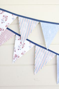 How to make a simple and easy fabric paper pennant banner. This charming DIY triangle flag fun tutorial is perfect for parties like of July holiday summer home decor children's nursery bedrooms boys or girls porch mantle entryway and more. Pennant Banner Template, Flag Banners, Diy Banner, Bunting Flags, Fabric Bunting, Triangles, Country Chic Cottage, Country Farmhouse, Pendant Banner