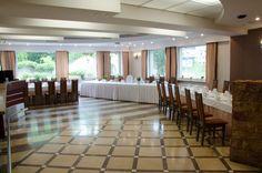 Sala restauracyjna przygotowana na wesele.