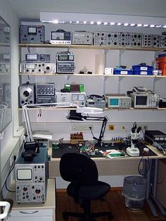 Electronic lab ham верстак, электроника 및 гараж. Electronics Projects, Electronics Storage, Electronics Gadgets, Arduino, Electronic Engineering, Electrical Engineering, Mobile Workshop, Diy Workbench, Woodworking Bench