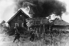 GERMAN ARMY EASTERN FRONT 1941-1945 (HU 111384)   German troops occupy a burning Russian village during Operation Barbarossa, summer 1941.