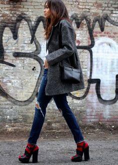 look maxi casaco jeans destroyed sandalia meia para e meia