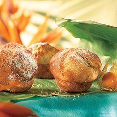 A sütőt 200 fokra előmelegítjük. Egy 6 lyukú muffin formát papír kapszlival kibélelünk. (12 lyukú muffin sütőben is süthetjük, ez esetben kisebb muffinokat kapunk). A sütőporral elkevert lisztet és a cukrot egy nagy tálba tesszük. Hozzáadjuk a paradicsomot, az ananászt, a sonkát és a sajtot, majd összekeverjük. A két tojást a tejjel és az olajjal együtt felverjük, sózzuk, borsozzuk, majd a száraz hozzávalókhoz keverjük, addig, amíg össze nem áll.) A masszát a muffin formákba kanalazzuk (a... Baked Potato, Muffin, Potatoes, Keto, Baking, Breakfast, Ethnic Recipes, Food, Morning Coffee