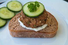 Vegetarischer Burger mit Quorn Rezept | Lia & Liam Avocado Toast, Quorn, Banana Bread, Breakfast, Desserts, Food, Vegetarian Burgers, Crickets, Chef Recipes
