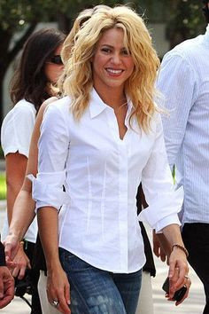Shakira is the Best Singer in the World. Haircuts For Curly Hair, Curly Hair Cuts, Wavy Hair, Curly Hair Styles, Natural Hair Styles, Shakira Hair, Grunge Hair, Hair Dos, Cut And Style