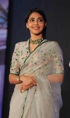 Here are high neck blouse designs in latest, trendy blouse patterns with varied collars, necklines from simple blouse designs to chic style blouse designs. Saree Jacket Designs, Blouse Designs High Neck, Silk Saree Blouse Designs, Fancy Blouse Designs, Latest Blouse Designs, High Neck Saree Blouse, Dress Designs, Sari Bluse, Saree Draping Styles