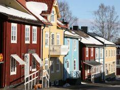 Schwedischer Blockhausstil: farbenfrohe Häuser im Ort Vilhelmina auf dem Vildmarksvägen