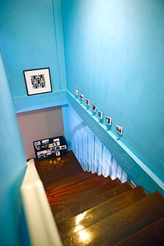 A young couple updated the charm of an inherited dwelling in only three weeks on a budget of only Modern Family, Home And Family, House Tours, Color Schemes, Stairs, Home Decor, R Color Palette, Stairway, Decoration Home