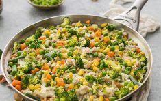 Reteta ideal cand esti in criza de timp: orez brun cu broccoli, mazare si porumb. In 30 de minute te poti bucura de o mancare delicioasa