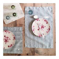 Et bon app . • sets de table #niels coloris vert légèrement grisé - motif exclusif @katshandmadewithlove . . . . #maisonmargaret #tablelinen #lingedetable#setdetable#katshandmadewithlove #katscreations
