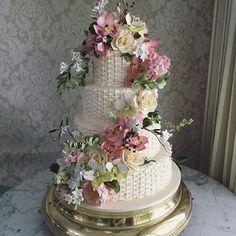 Bolo todo em cestaria feito à mão, com uma linda cascata de flores de açúcar em tons pastéis! Um bloom lindo para casamento com super time @babileiteeventos @karinamk