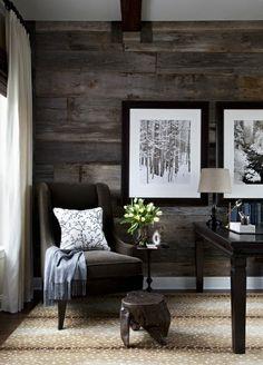 wohnzimmer wandgestaltung holzpaneele blumen bilder rustikaler hocker