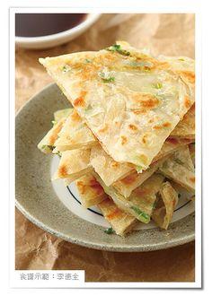 就像魔術師一樣,簡單的中筋麵粉,加入65℃溫度的熱水,恰巧讓麵粉產生變易性,柔軟又帶有韌性,揉成一個基本溫水麵糰,就可以做出常見的麵餅,只要學會簡單的麵糰作法,吃什麼餅自己變化,簡單又不怕吃膩。::www.ytower.com.tw