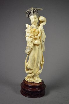 Chinese statuette made out of ivory (lot #110198).