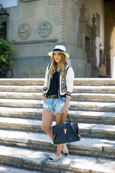 El look de gal meets glam con shorts vaqueros y alpargatas