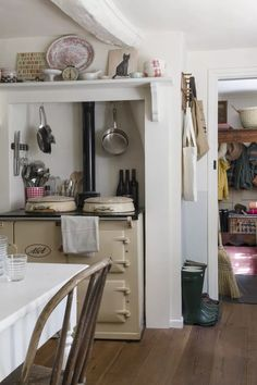 Small cottage kitchen ideas – design inspiration for rural homes | Country Small Cottage Kitchen, Cottage Kitchens, Country Kitchens, Rustic Kitchens, Small Kitchens, Kitchen Design, Kitchen Decor, Kitchen Ideas, Cosy Kitchen