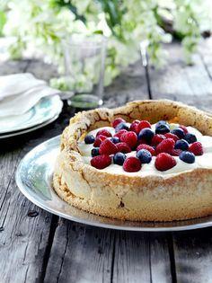 Rapea ja mehukas #marjakakku täytetään värikkäällä marjakeolla. Katso #resepti: http://www.dansukker.fi/fi/resepteja/helppo-marjakakku.aspx #mustikka #mansikka #vadelma #marja