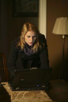 Homeland - Season 1 Episode Still Carrie Mathison, Homeland Season, Damian Lewis, Morena Baccarin, Claire Danes, Season 1, Pilot, Fashion, Moda
