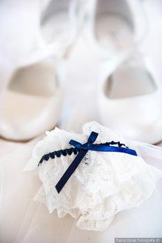 Giarrettiera della sposa con un tocco di blu #matrimonio #nozze #sposi #sposa #accessorisposa #weddingideas #bride #looksposa #weddingday #wedding
