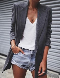 Ce printemps, on pense à twister nos shorts en jean par un long blazer boyish (blazer Ganni - photo Andy Csinger)