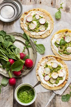 Chilli, Czosnek i Oliwa   blog kulinarny: Pizza na podpłomyku z pesto z liści rzodkiewki, pi...
