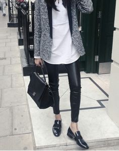 Skinny leather trousers with patent flats. Mode Outfits, Casual Outfits, Fashion Outfits, Womens Fashion, Petite Fashion, Curvy Fashion, Outfits Leggins, Looks Black, Outfit Trends