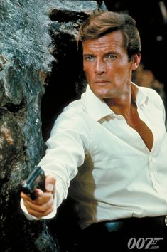 The best James Bond in my opinion! Roger Moore is my favorite actor in hollywood! Style James Bond, James Bond Girls, James Bond Actors, James Bond Books, James Bond Movies, 007 Actors, Roger Moore, Sean Connery, Daniel Craig