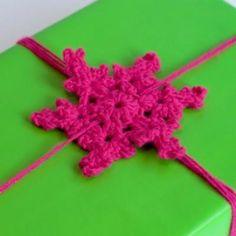 How To Crochet A Snowflake Gift Bow! ★•★•Teresa Restegui http://www.pinterest.com/teretegui/★•★•