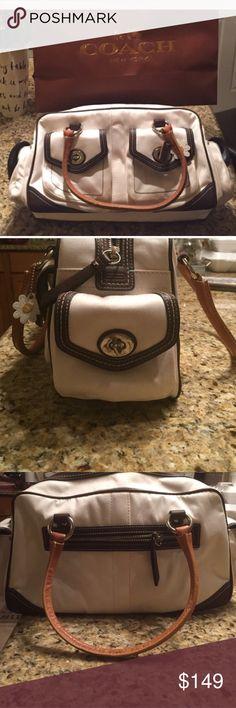 Coach summer purse it's like new good condition Coach summer purse it's like new very good condition Coach Bags