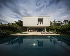 Casa Branca (White House) is a tropical beach house designed by Studio in collaboration with Eduardo Chalabi. Tropical Beach Houses, Modern Tropical, Contemporary Architecture, Architecture Details, Contemporary Homes, Studio Mk27, Infinity Edge Pool, Floating Staircase, Cool Pools