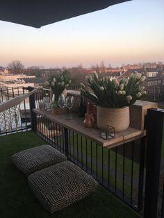 Kijk, op een balkon heb je vaak niet superveel ruimte. Begrijpen we best. Een complete buitenkeuken wil dus niet altijd passen; een balkonbar wél. Heb jij even geluk: hier lees je hoe je zo'n bar maakt.