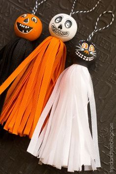Vintage Halloween Tassels - Fun home decor to make and display! Easy to make with kids too.